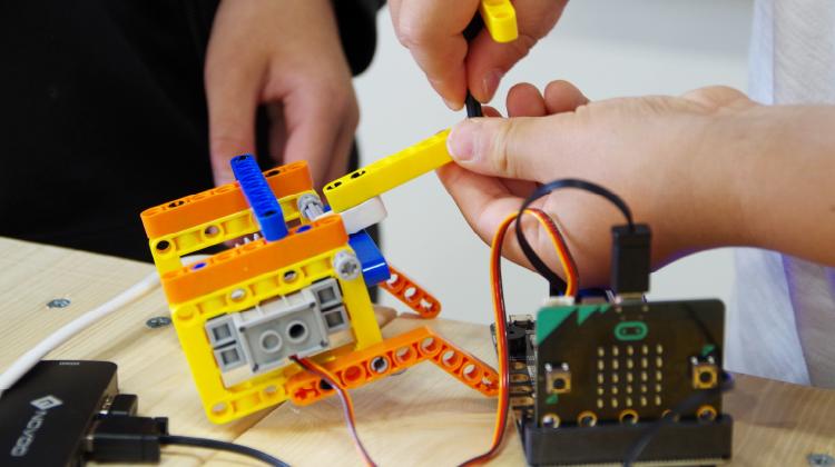 マイクロビットとレゴで工作しているところ